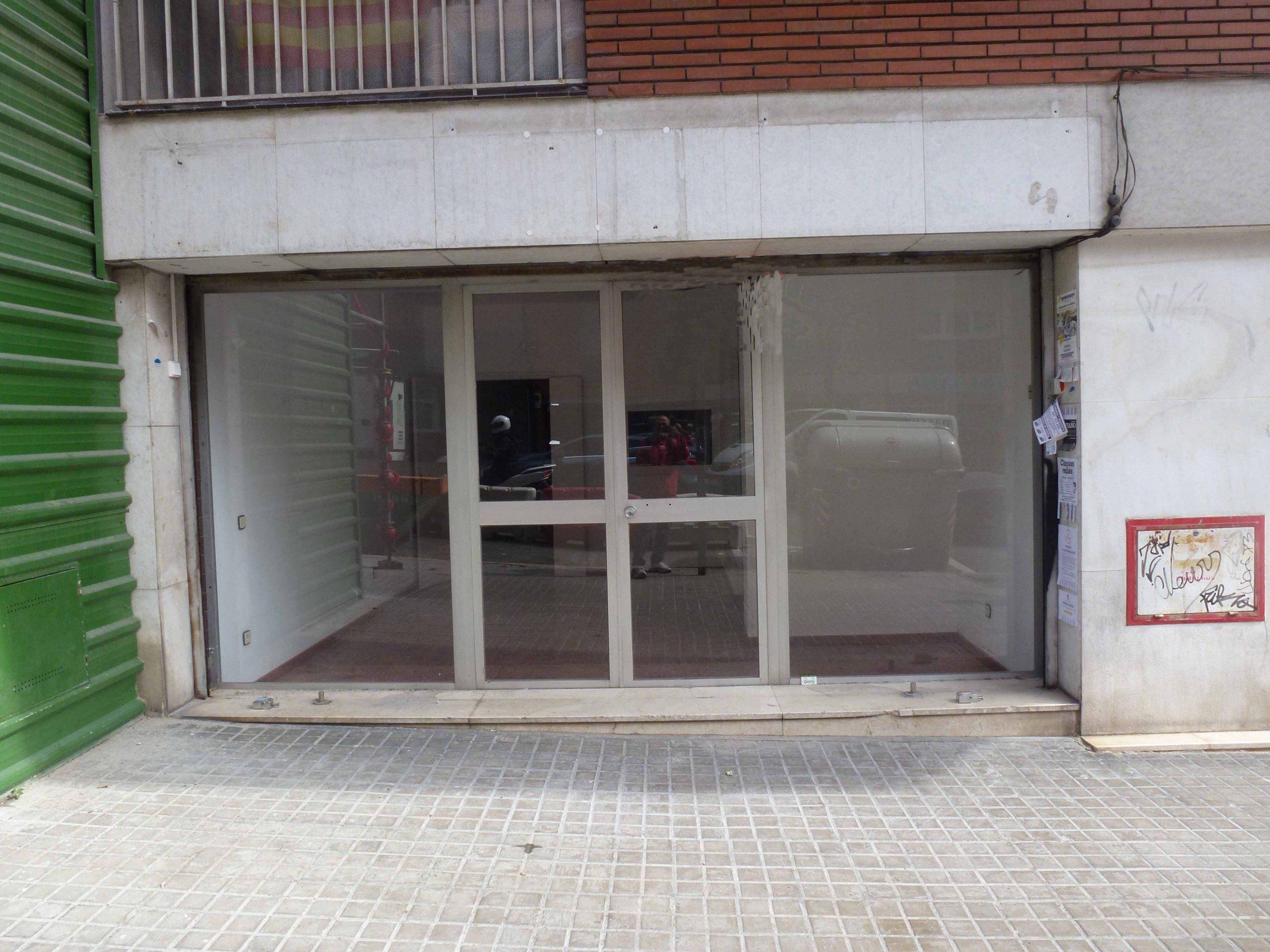 (jb 056) Local a peu de carrer, situat al carrer Escorial.