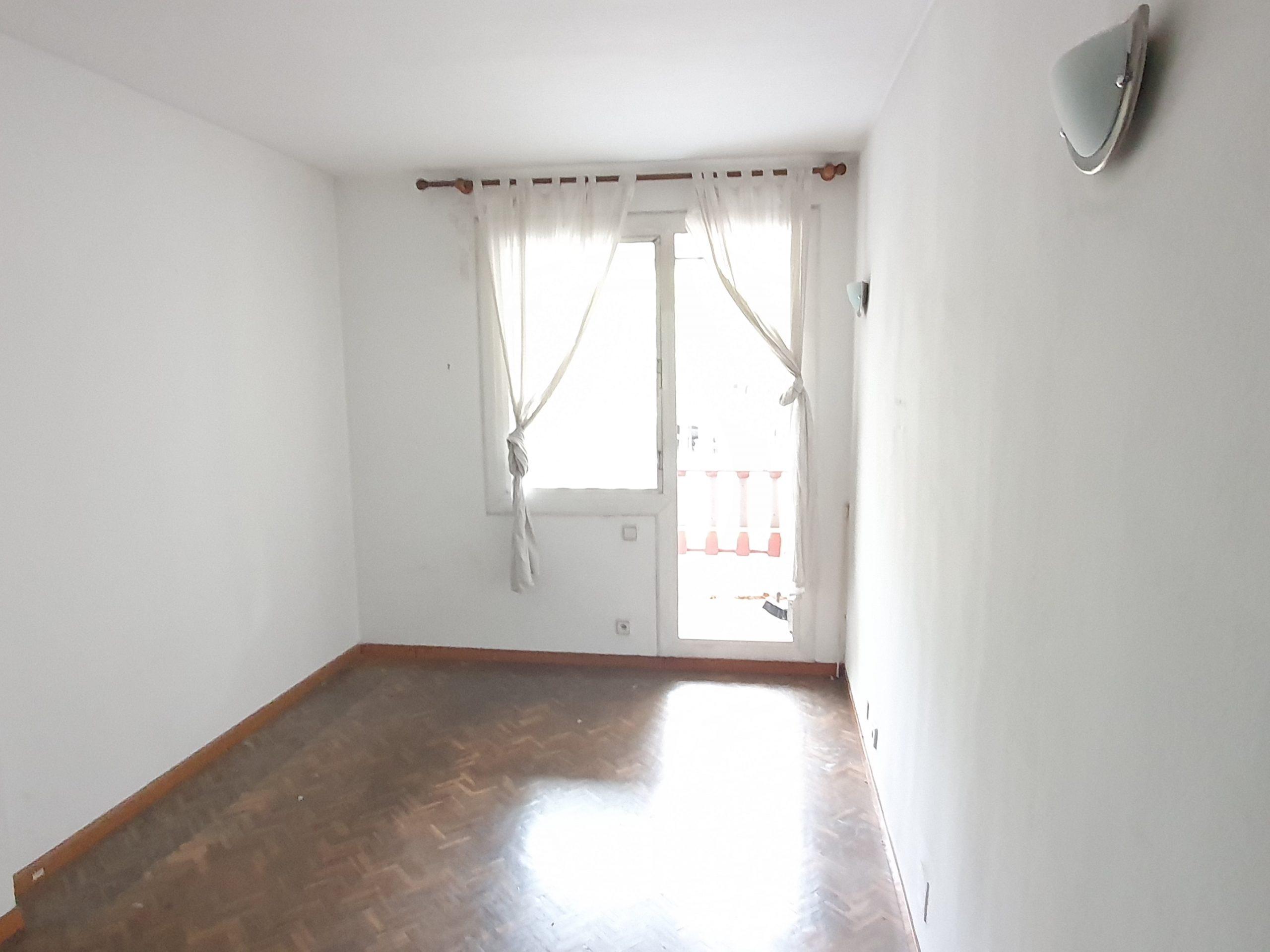 (jb 589) Apartament per actualitzar, molt ben situat, al mateix carrer diagonal